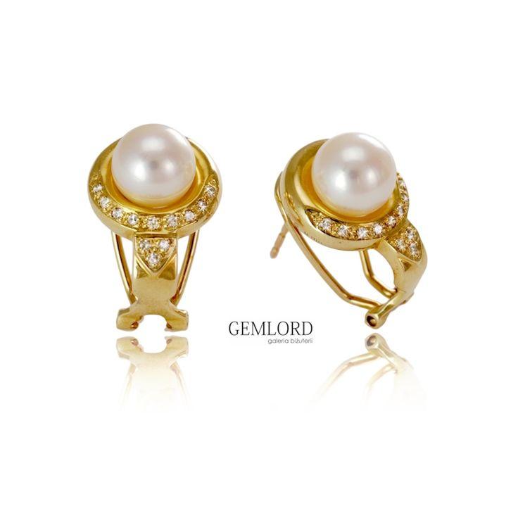Eleganckie kolczyki z perłami Akoya w oprawie z żółtego złota i brylantami. Będą doskonałym wyborem na co dzień, ale fantastycznie sprawdzą się także w przypadku wieczorowych kreacji. Idealne na każdą okazję. #kolczyki #earrings #diamonds #diamenty #perły #pearls #pearljewellery #pomysłnaprezent #luksusowezakupy #stylizacje #outfit #perfect