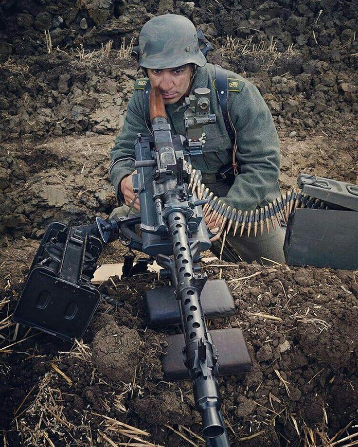 MG34 gunner using a tripod.                                                                                                                                                                                 Mais