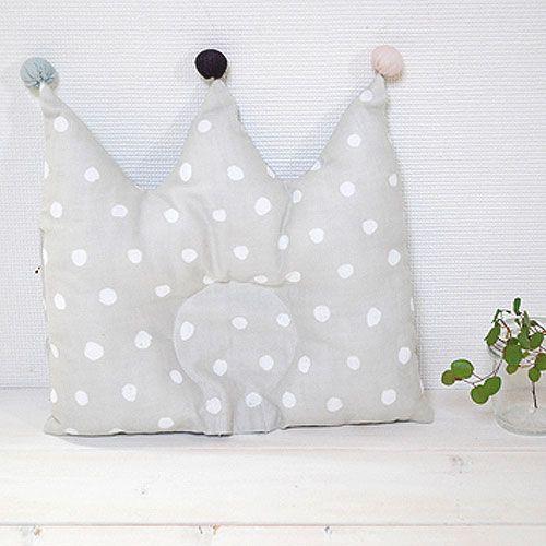 [Ficelle フィセル - NAOMI ITO ナオミイトウ]POCHO 王冠まくら こんぺい~気分は王様♪飾っても楽しいNAOMI ITOのドーナツ枕。赤ちゃんが王冠をかぶっているような楽しいデザインのドーナツ枕です。【楽天市場】