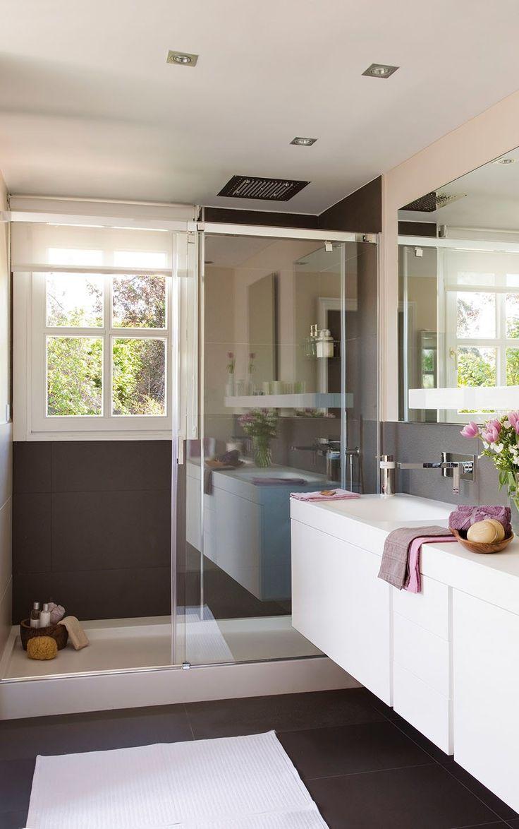 Mamparas para ganar espacio  O para no perderlo. Si frente a la ducha no tienes espacio para abrir la puerta de la mampara, elígela de puerta corredera o sin puerta. O puedes optar por una cortina de ducha.