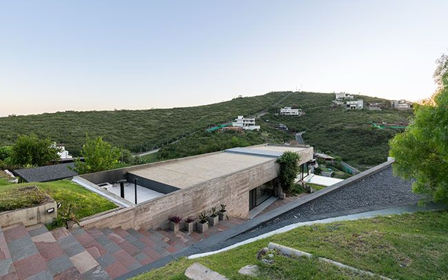 House Hidden In The Scenery By Bender Freiberg Arquitectos In 2020 Futuristic Home Hillside House Scenery