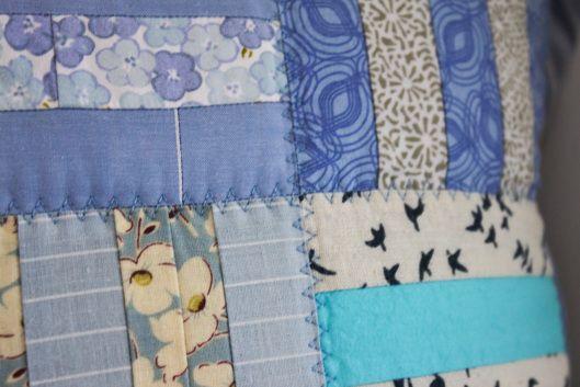 blue quilted pillows, janome 5060DC, niebieska bawełna patchworkowa, niebieska narzuta patchworkowa, niebieski quilt, niebieskie poduszki patchworkowe, pastele blue quilt, pikowanie quiltów, quilting, szycie na maszynie, szycie patchworków, szycie quiltów