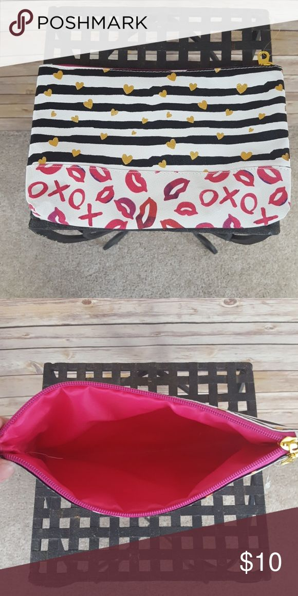 (NWOT)Makeup bag White and black strip with him hearts