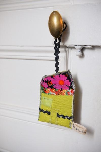 Petite maison décorative en tissu à accrocher sur une poignée de porte, de fenêtre, de placard, un coin de lit d'enfant, un sac... La maison présente