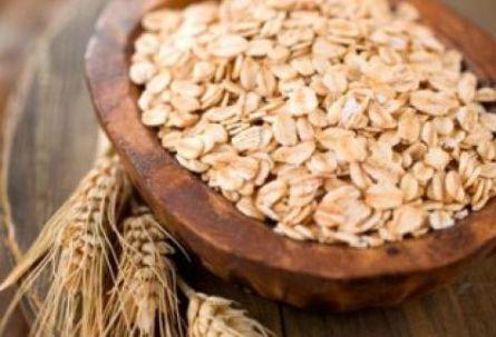 Los Beneficios de la avena para la salud. Fuente de fibra y beta-glucanos un componente eficaz para reducir el colesterol. Te contamos más de la avena y sus múltiples propiedades saludables. La avena es uno de los cereales más completos. Tomarla en desayunos cenas o meriendas es una sana costumbre. La avena aporta energía, vitaminas …