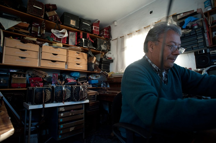 Lucho, empleado de un frigorífico, acumula bandoneones en un pasillo oscuro de su casa.