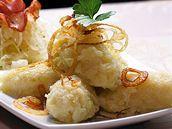 Chlupaté bramborové knedlíky  Na 4 porce * 450 g syrových brambor * 300 g vařených brambor * 1 vejce * 1 žloutek * 300 g hrubé mouky, dle brambor někdy i více * sůl