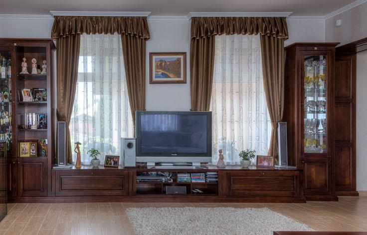 Koncert bútorcsaládunk természetes nyugodt harmóniát teremt az otthonában. Bükk tömörfa ajtóval és választható színpáccal készülő nappali bútor. Lehetőség van díszített duplungolt párkánymegoldásra a klasszikusabb stílus kedvelőinek. Választható faanyagok: bükk, tölgy, cseresznye, juhar, dió.