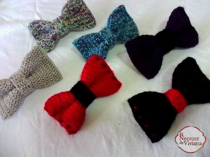 Pinches con ribbons a crochet.