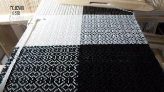 Blanco y negro en telar de 4 cuadros para convertirse en un entretenido cuello de doble vuelta. Black and white neck of two laps on loom