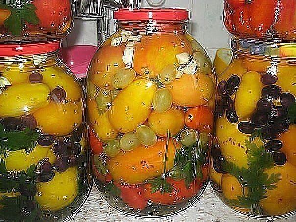Маринованные помидоры с виноградом: помидоры с виноградом: на 3х литровую банку: 6ст.л. сахара, 3ст.л. соли, 1ч.л. уксуса 70%, специи по вкусу, перекладываем помидоры виноградом. Заливала 2 раза и закатываем и под шубу. Можно виноград из своего сада – маленький круглый синий, и прямо гроздями.