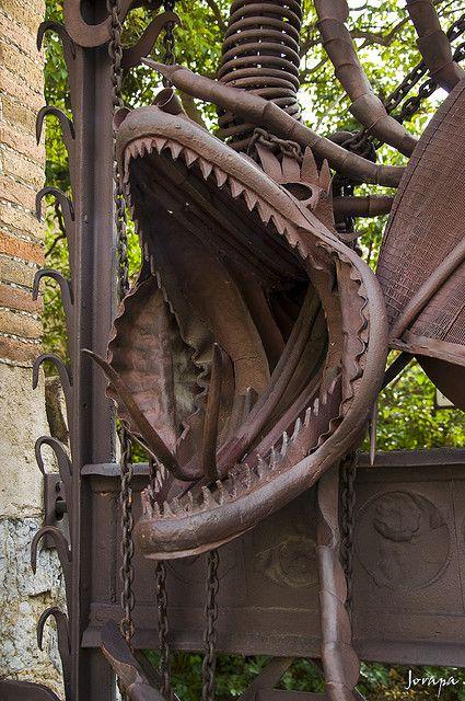 Finca Güell. Barcelona. Antoni Gaudi, 1884-1887. La puerta mide cinco metros de ancho y en ella se sitúa el guardián del jardín, un enorme dragón de hierro forjado, que representa a Ladó, la bestia mítica que custodiaba el jardín del que Hércules robó las manzanas doradas.