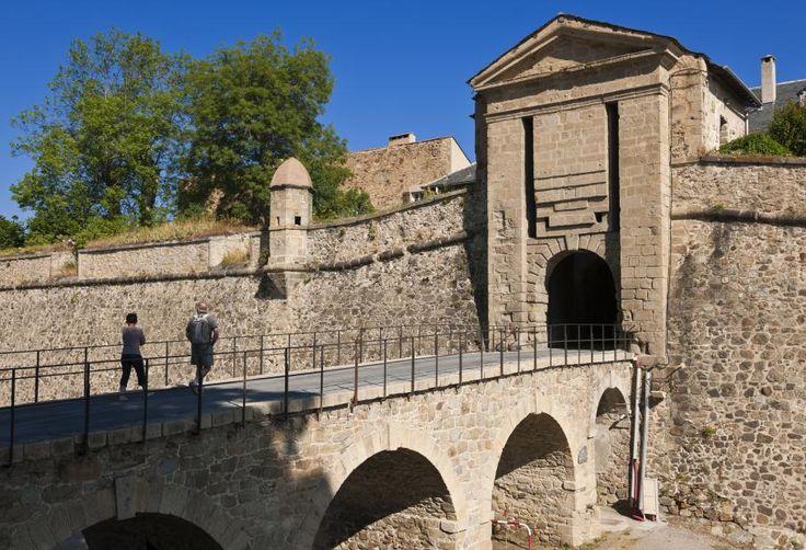 La place forte de Mont-Louis (Pyrénées-Orientales) a été édifiée par Vauban en 1681. Elle fait partie des douze groupes de fortifications de l'architecte militaire de Louis XIV, situés le long des frontières de la France, distingués par l'Unesco.