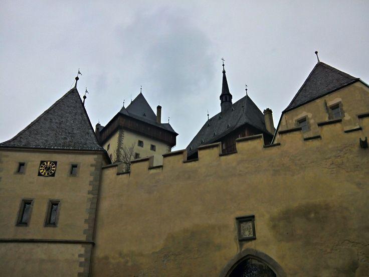 El Castillo de Karlštejn es un castillo gótico construido en 1348 por encargo de Carlos IV, emperador del Sacro Imperio Romano Germánico y rey de Bohemia.