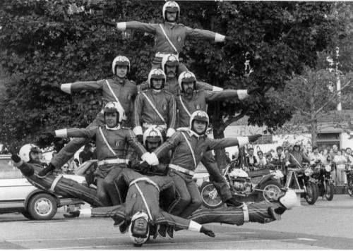 """BERLIN 1982. Unter dem Motto """"Autos Avus Attraktionen"""" waren auf dem Messegelände Berlin auch artistische Einlagen der Motorradsportgruppe der Berliner Polizei zu sehen."""