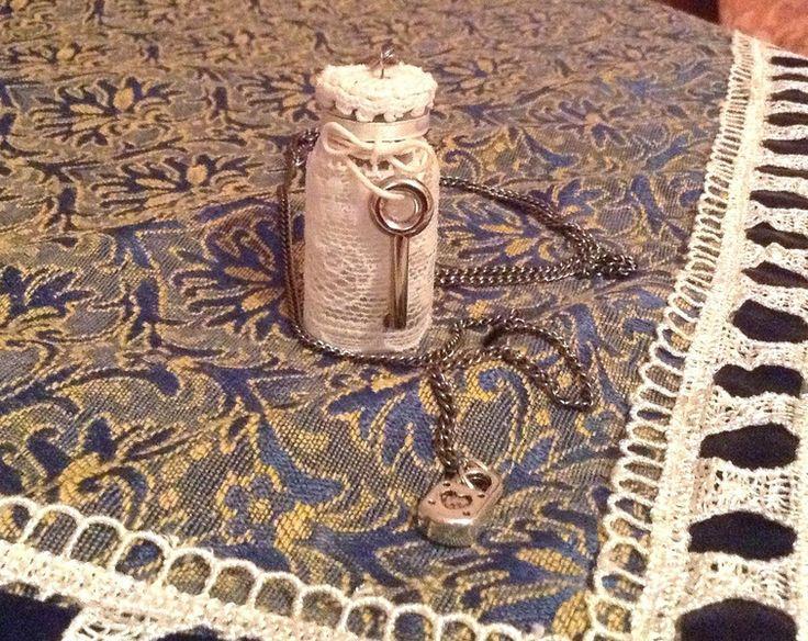 Collana con bottiglia stile shabby chic di Il gomitolo di Birba su DaWanda.com #handmade #handcraft #collana #diy #bottle #faidate #key #handcrafted #faidate #fattoamano #pizzo #lucchetto #necklace