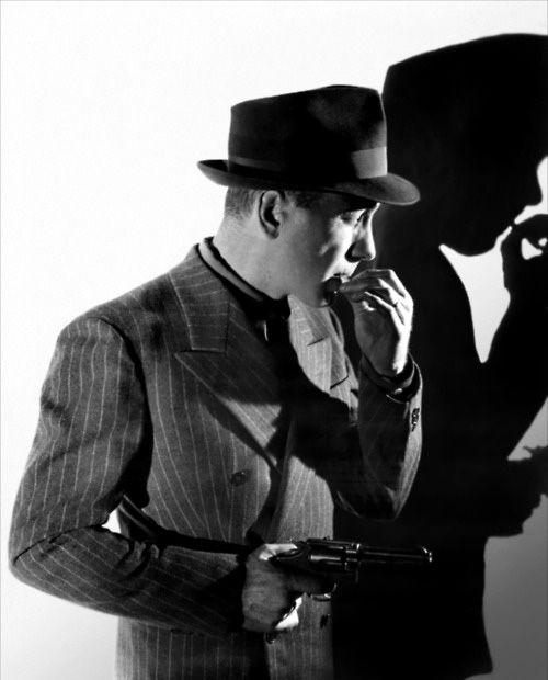 """Humpfrey Bogart  La norme des années 30 était que les hommes comme les femmes portent un chapeau. Le feutre était la matière la plus répandue avec la paille et se portait sous forme d'un trilby ou d'un """"homburg"""". Les hommes les plus romantiques portaient des canotiers."""