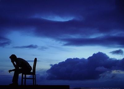 Para além de tudo...    há o mar que nos encaminha    que perpetua nossas pegadas    como se fosse ele a invisível cama  onde escrevemos outros poemas.    (VÓNY FERREIRA)