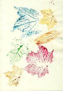 Kunstunterricht: Herbstlätter mit Wasserfarben abdrucken …
