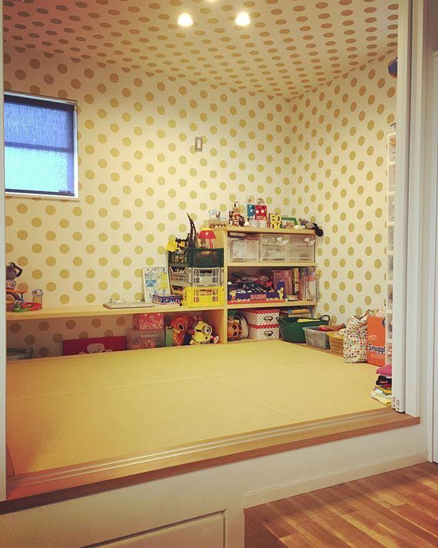 家 子ども部屋をキレイにしたから 1階の和室もおのずとキレイにできました。 いつも定位置がなく散乱してた 幼稚園の道具とパジャマや明日着る服。 前にキッチンがあった場所に置けるようになってスッキリ解決。 オモチャかなり処分しました、これでもw ここに住んで3年目を迎える前に やっと片付いてきています。 やっとだ(笑) #和室 #カオスルーム