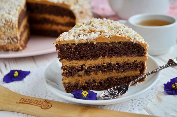 """Шоколадный торт с орехами  Ингредиенты: Сахар — 150 Грамм (бисквит ) Яйца — 4 Штуки (бисквит) Мука — 130 Грамм (бисквит) Какао-порошок — 30 Грамм (бисквит) Разрыхлитель — 8 Грамм (бисквит) Сливочное масло — 200 Грамм (крем) Вареная сгущенка — 380 Грамм (крем) Грецкие орехи — 150 Грамм (крем) Сахар — 80 Грамм (пропитка) Вода — 80 Грамм (пропитка) Коньяк — 40 Грамм (пропитка)  Количество порций: 3-4  Как приготовить """"Шоколадный торт с орехами"""" 1. Подготовьте продукты для торта, крема. Заранее…"""