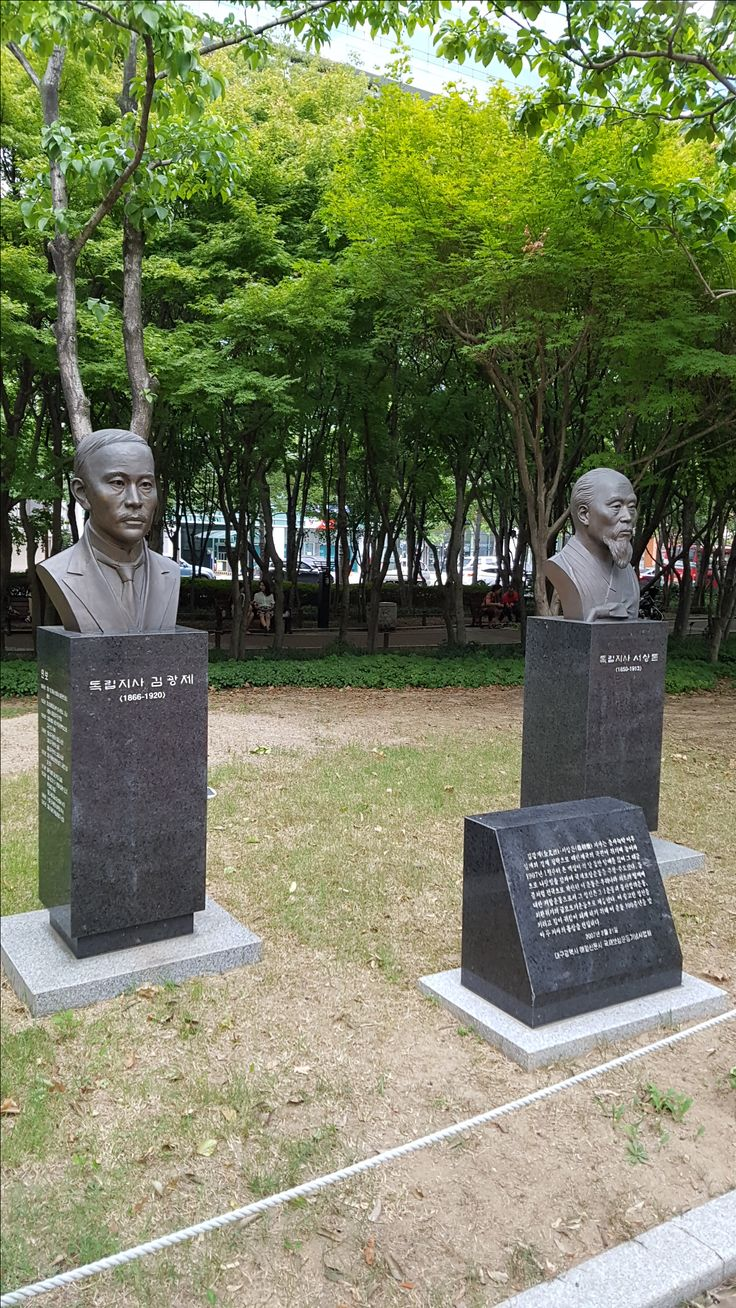 김광제, 서상돈 흉상 in 국채보상운동 공원  Busts of Gwang-je Kim and Sang-don Seo who had started National debt Repayment Movement in Dae-gu