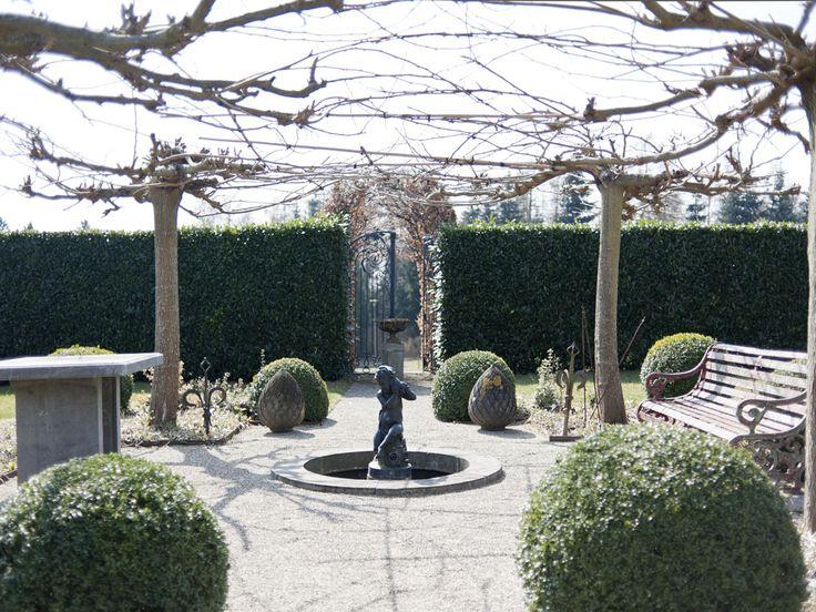 Tuin met fontein gerealiseerd met behulp van antieke bouwmaterialen, door Theo en Ruth Evers. U ziet hier onder anderen een fonteinomranding in belgisch hardsteen, een smeedijzeren antieke poort, een antiek bank en een antiek skulptuur. Voor meer realisaties en informatie: www.theoevers.com