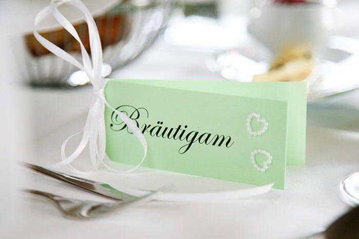 Falls ihr die Tischkarten basteln möchtet für eure Hochzeit, dann findet ihr in unserer großen Tischkarten-Bildergalerie viele tolle Ideen und Beispiele.