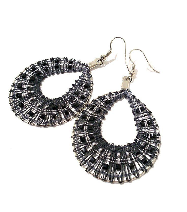 Boucles d'oreilles créoles en dentelle aux fuseaux coloris noir /argenté : Boucles d'oreille par pique-coeur-caro
