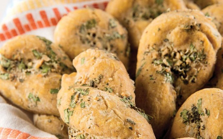 You have to admit that when you're at an Italian restaurant, the delivery of the garlic knots, garlic rolls, or any incarnation of garlic and dough to the table is one of the highlights of the meal…