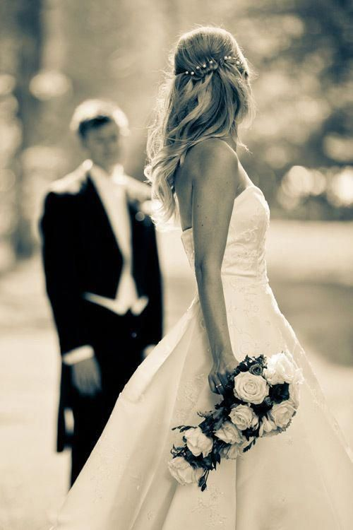 What a beautiful picture I would love this moment of groom and bride #weddingpho…