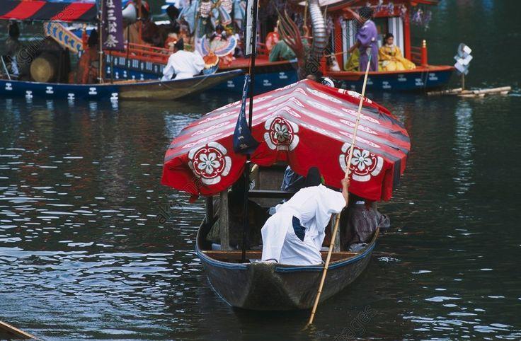 Japan: Bootsfest Mifune-matsuri im Stadtteil Arashiyama von Kyôto / Foto 2008 .- In Kyôto, im Stadtteil Arashiyama: das traditionelle Bootsfest Mifune-matsuri, ursprünglich aus der späten Heian-Zeit, Ende 9. Jh. - Foto, Juni 2008.