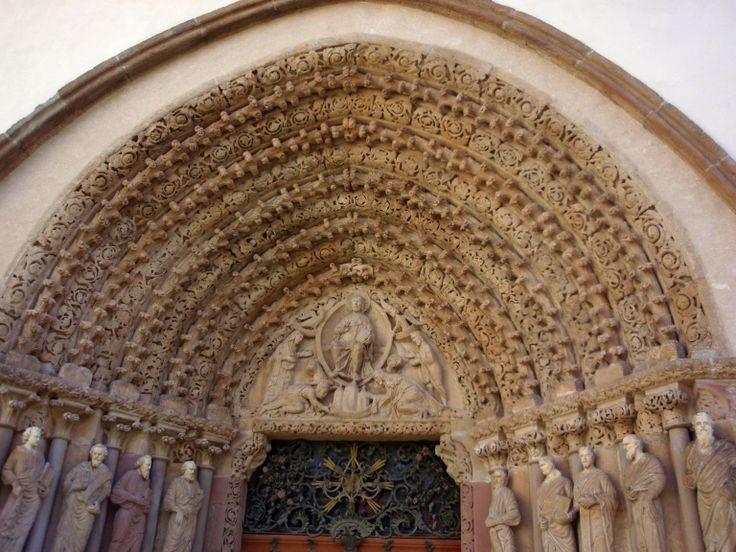 Porta Coeli - brána nebes - bohatě zdobený západní portál-raně gotické umění ve střední Evropě-kostel Nanebevzetí Panny Marie patří k ženskému cisterciánskému klášteru v Předklášteří u Tišnova - Česká republika.Klášter založila r.1232 královna Konstancie - vdova po českém králi Přemyslu Otakarovi I. Jsou zde oba pohřbeni,ale poněvadž byl klášter několikrát zpustošen a opravován,jejich hroby se doposud nepodařilo nalést.