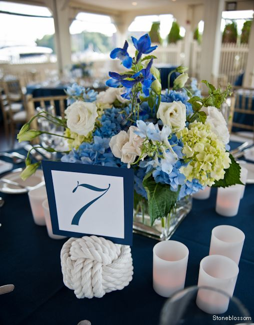 Rope knot to hold the place cards with an arrangement of flowers in sea tones
