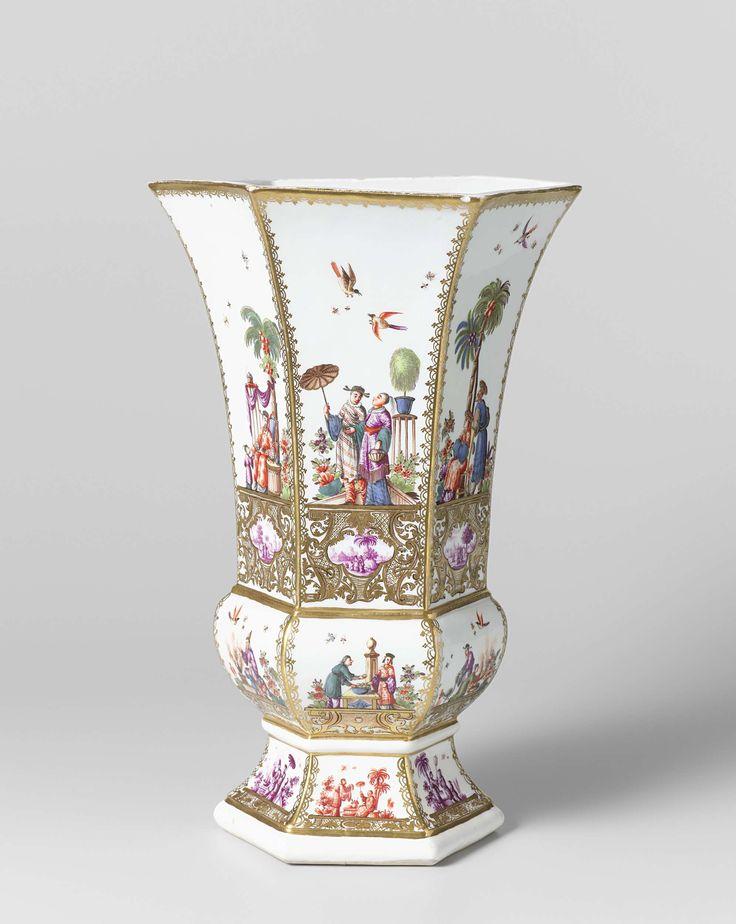 Meissener Porzellan Manufaktur   Three vases, Meissener Porzellan Manufaktur, c. 1730 - c. 1735   Zeshoekige vaas van beschilderd porselein. De vaas heeft een hoge voet waarop een nodusachtig gedeelte en het naar boven uitlopende vaaslichaam. De voet is versierd met afwisselend paarse en rode, de nodus met kleurige Höroldt-chinoiserieën. Het vaaslichaam is versierd met grootfigurige Höroldt-chinoiserieën op consoles van blad- en netwerk waarin uitgespaarde vierpassen waarin landschappen. De…