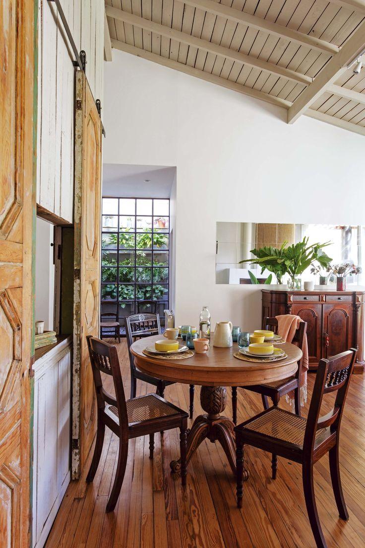 Df5411 esquemas de color casa exteriores con persianas negras - Comedor Integrado Al Living De Una Casa Sobre La Mesa Redonda De Madera Platos