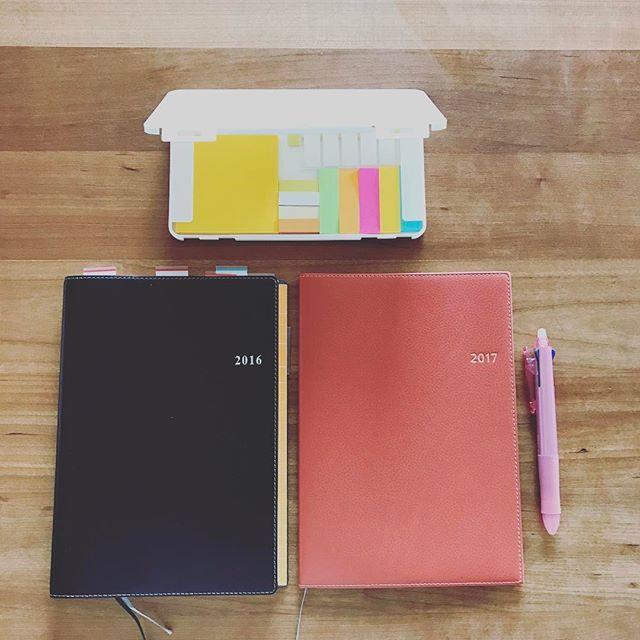 #手帳 ・ 2017の手帳を購入しました。 私は4月始まりのを使っています。 ・ 可愛い手帳が多くて本当はそちらを使いたいところですが、仕事で使うので思いっきりビジネス寄りです(p_-) ・ 軽量化を求め、新しく出たものにしてみました。 ・ これに手帳カバーをつけています。 毎日開く手帳。 来年度も充実するといいな(*´∇`)ノ ・ 今日は今から来年度の手帳への以降作業します。 ・ ・ ・ #手帳 #能率手帳 #A5サイズ #日本能率協会 #NOLTY #ノルティ  #アクセスA5マンスリー  #付箋 #ふせん #付箋収納  #付箋入れ #ホワイト #100均  #手帳タイム