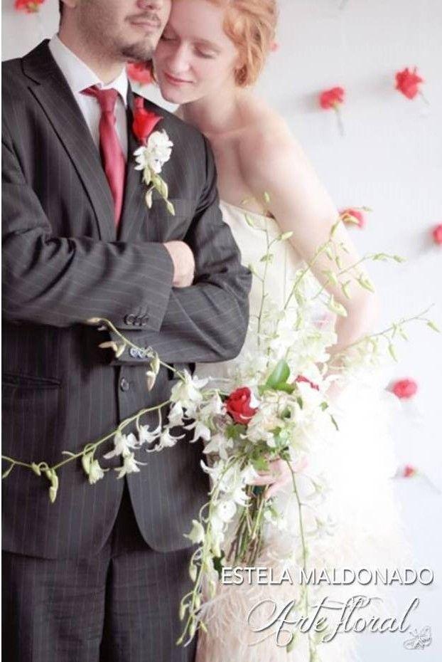 Novios, ramo y boutonier #bodas #orquideas #blancas #detalles #clasicos #sanmigueldeallende emflorista.com