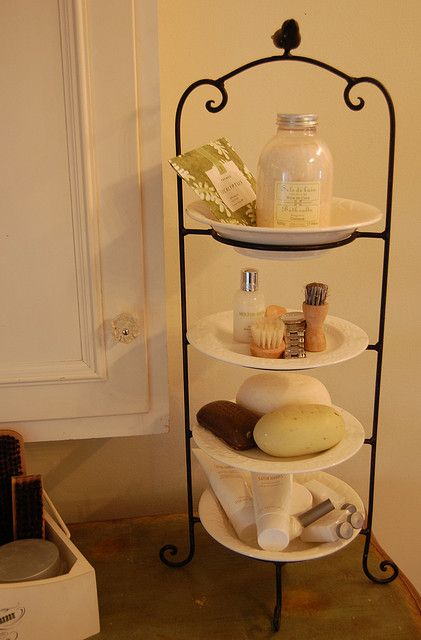 Decorate your bathroom with plates!
