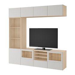 IKEA - BESTÅ, TV úložná sestava se skl. dvířky, vz. bíle moř. dub Grundsviken/tmavě šedá čiré sklo, kolejnice, jemné dovírání, , Zásuvky a dvířka se dovírají tiše a jemně díky vestavěné funkci jemného dovírání.Elektronická zařízení můžete ovládat se zavřenými dvířky, protože dálková ovládání fungují skrze sklo.Nástěnné police šetří místo a pomohou vám maximálně využít prostor nad televizí.Kabely od televize a dalších zařízení udržíte snadno skryté a po ruce, díky několika vývodům na kabe...