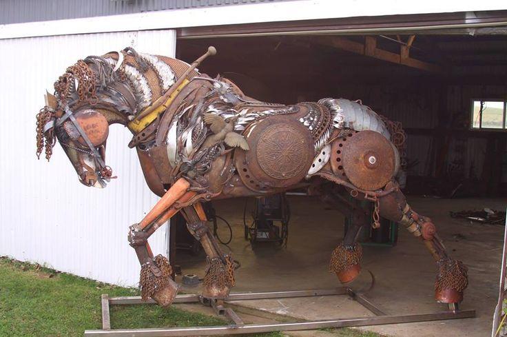 Dit ijzeren paard is gemaakt in de steampunk stijl.