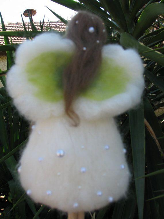 Dit sprookje maakte als een boom topper voor een kerstboom is 9 hoog. Naald vilten vanaf mooie sneeuwwit wol. De conus binnen haar jurk is gemaakt uit de sterke voelde dus zijn niet krijgen gebroken. heeft een nieuw huis. Gevilte topper. Gevilte pop.  op bestelling gemaakt  Deze verbazingwekkende bloem was altijd vol geheim en de magie voor mij. Lily of the valley. Ik wist dat ze giftig is en ik kon haar niet aanraken. Nog steeds haar schoonheid fascineerde me en fascineren me vandaag ook…