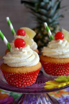 Tropische Ananas-Cupcakes. Saftiger Muffinteig mit einer süßen Ananascreme verziert.