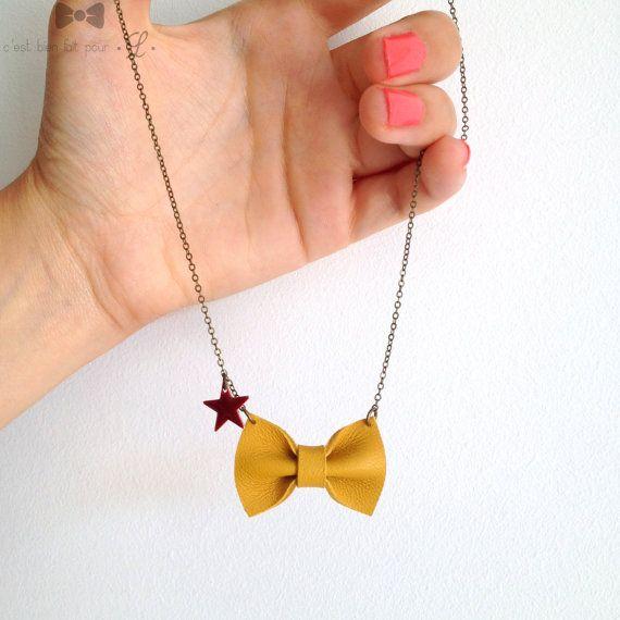 Collier avec petit nœud en cuir jaune moutarde, détail étoile émaillée bordeaux