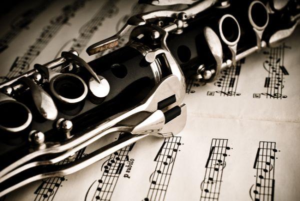 CLARINETE. O clarinete descende do chalumeau, instrumento bastante popular na França pelo menos desde a Idade Média. A família do clarinete é composta por vários instrumentos. Instrumento de palheta simples com chaves. Existem vários sistemas de chaves para clarinetes