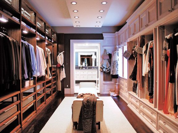 Estaría bueno un closet pasillo que cruzara a otro cuarto,closet compartido