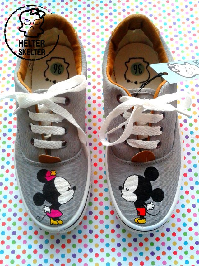 Zapatillas pintadas a mano color gris, con imagen en frente. Medidas de talles (largo de plantilla en cm.) Talle                   Cm. 35 ...