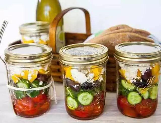 Saladas no pote de vidro: receitas gringas