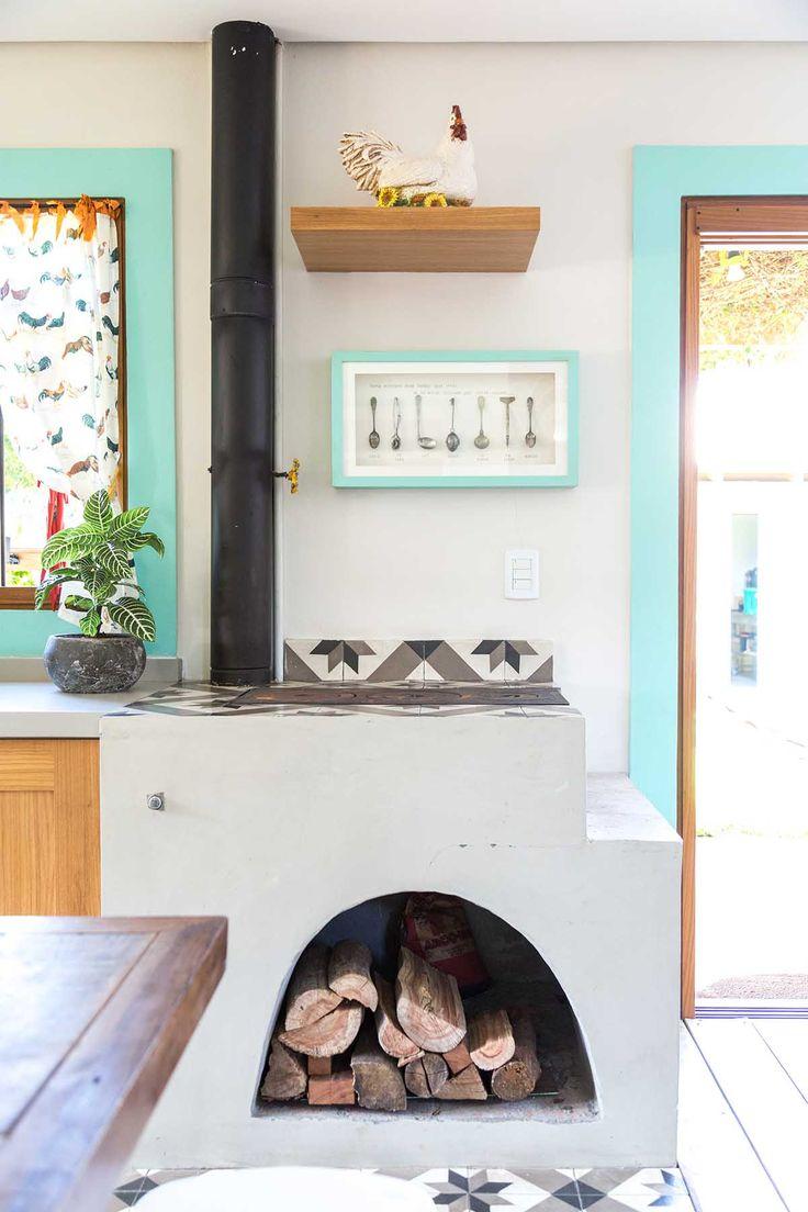 Um fogão à lenha pequeno e descolado, para quem quer um pouco a mais de aconchego na cozinha! Tem, inclusive, uma serpentina que aquece o boiler da casa.