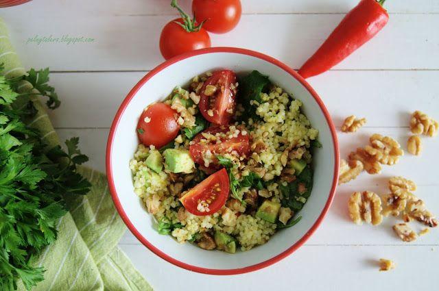 Pełny talerz: Sałatka z kaszą jaglaną, pomidorami, awokado i orzechami, czyli sałatka idealna